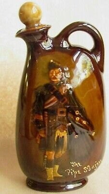 ROYAL DOULTON DEWARS WHISKY THE PIPE MAJOR FLASK (Ref6135) • 45£