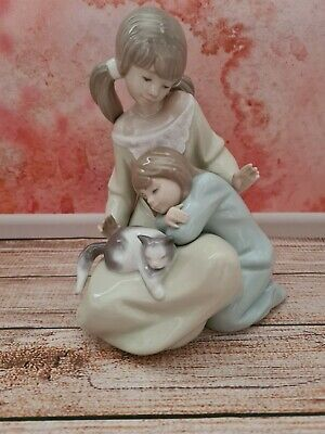 LLADRO Figurine   Two Young Girls Or A Mother And Daughter With Cat On Lap  • 11£