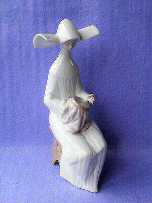 LLadro Model No.5501 Seated Nun Sewing 'Time To Sew' • 42£