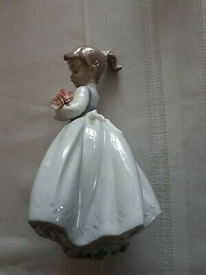 Nao Lladro Pretty Young Girl Holding Flowers • 0.99£