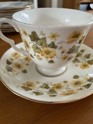 Queen Anne Bone China 8643 Pair Of Cups And Saucers • 10£