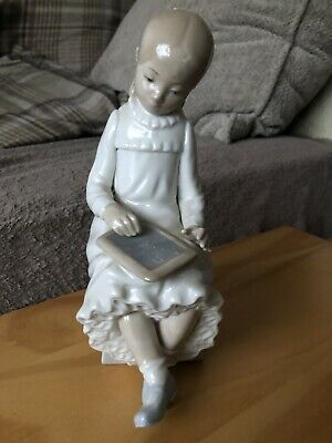 Nao By Lladro Figurine - Young Girl Reading • 9£
