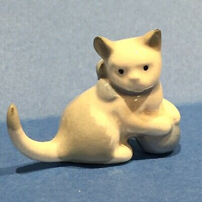 WADE ABC CAT WITH BALL, (porcelain Kitten Pre Whimsies 1950s) • 10£