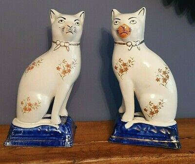 Pair Of Staffordshire Cats On Cushions - Vintage - Gilt And Floral Detail  • 18.99£