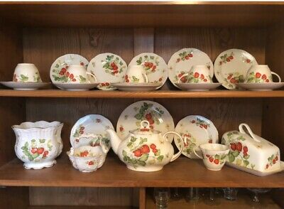 Queens China 'Virginia Strawberry' Approx 35 Pieces 'job Lot' Little wear. • 20£