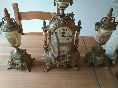 Vintage Clock With Matching Pillows • 10£