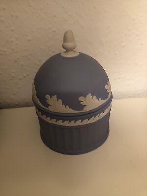 WEDGWOOD BLUE JASPERWARE TRINKET BOX WITH DOME LID AND ACORN FINIAL  H: 13 Cm • 29.99£