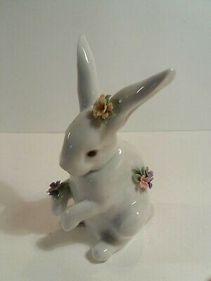 Lladro - Sitting Bunny With Flowers • 70£