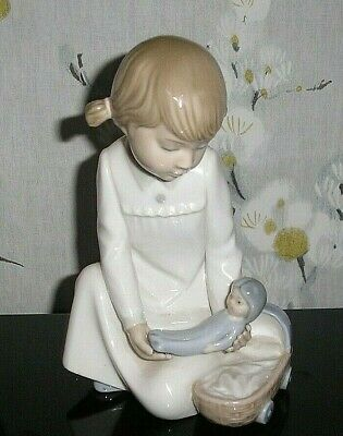 Nao/lladro Figure Young Girl  With Baby 6 .5  Inches Tall • 14£