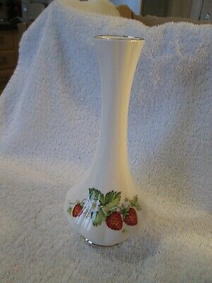 Queens China Virginia Strawberry Vase • 6£