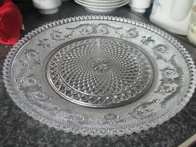 Shallow Detailed Glass Dish • 10£
