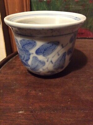 Blue And White Cina Pot • 4.50£