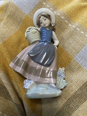 Lladro  Sweet Scent 5221.   Girl With Basket • 6.60£