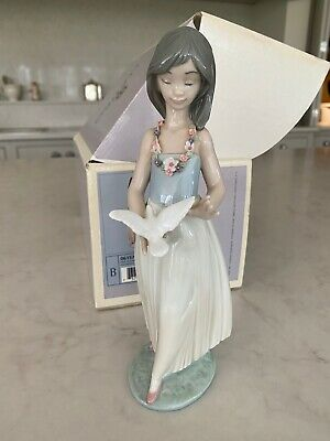 Lladro Girl With Dove Number 06157 • 16£